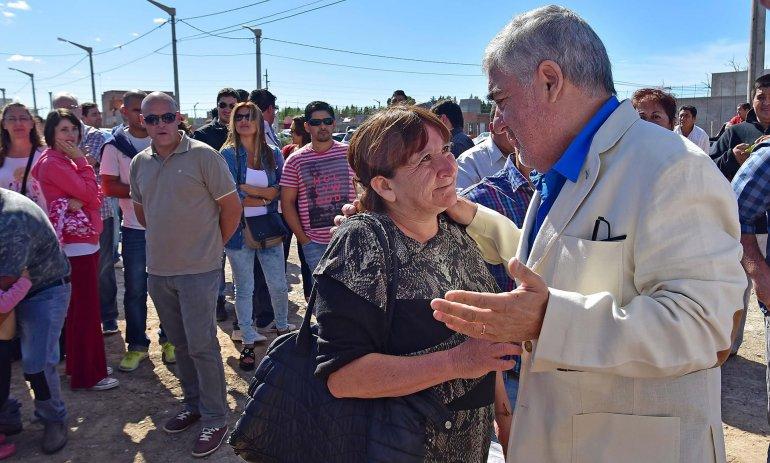 El gobernador entregó ayer 36 viviendas en Trelew. como continuidad de la acción que realiza cada domingo.