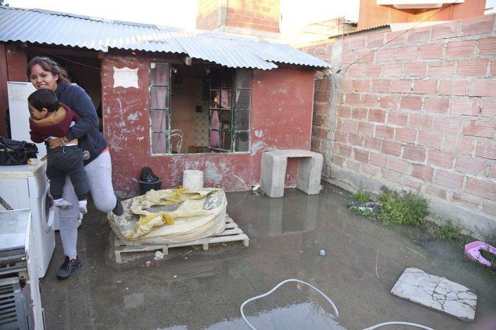 Una familia del Moure perdió todo por los desbordes cloacales