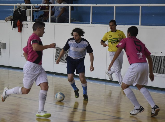 Transporte Caamaño derrotó 3-0 a Real Sur por la primera fecha de la categoría A4 del fútbol de salón oficial.