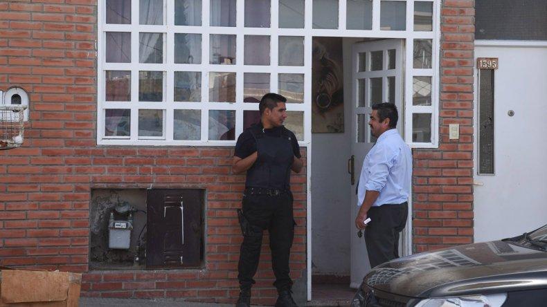 El fiscal Héctor Iturrioz dirigió ayer uno los allanamientos que se cumplió en Sarmiento 1395 donde reside Micaela Riofrío. La mujer circulaba el domingo junto al Gato Barrientos y a Jaimito Martínez en un auto que fue secuestrado.