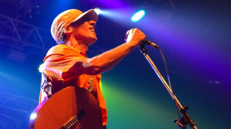 Manu Chao y sus músicos ofrecieron tres horas de show durante la noche del lunes en el Predio Ferial.