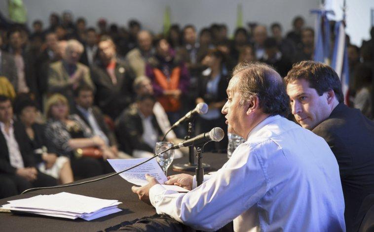 Carlos Linares acompañado de Juan Pablo Luque durante la lectura de su discurso en el Centro Cultural.