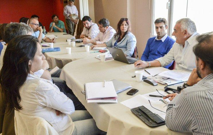 El Gobierno y gremios docentes celebraron su primera reunión de paritarias. ADOSAC y AMET solicitaron un sueldo mínimo de 16.500 pesos.