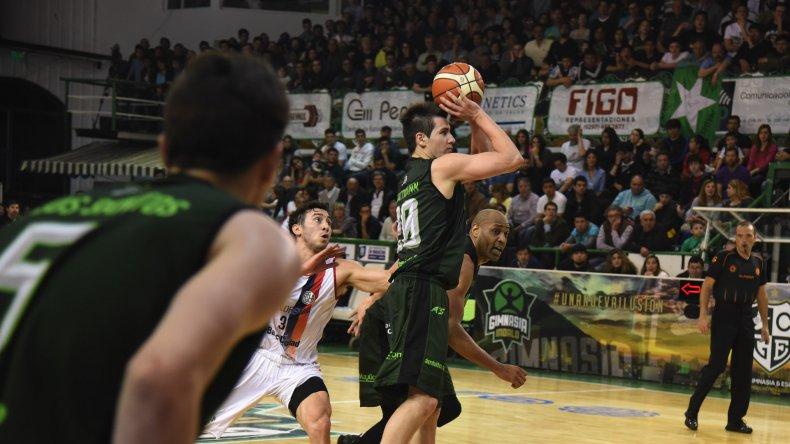 Leonel Schattmann tira de tres puntos un duelo entre Gimnasia Indalo y San Lorenzo jugado el 20 de noviembre de 2015 en el Socios.