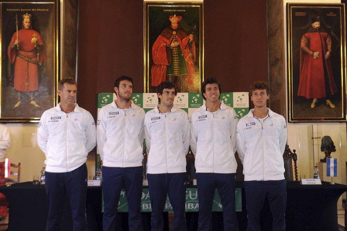 El equipo argentino de Copa Davis liderado por su capitán Daniel Orsanic.