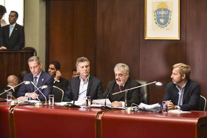 El gobernador al pronunciar ayer su discurso en la Legislatura acompañado del Presidente.