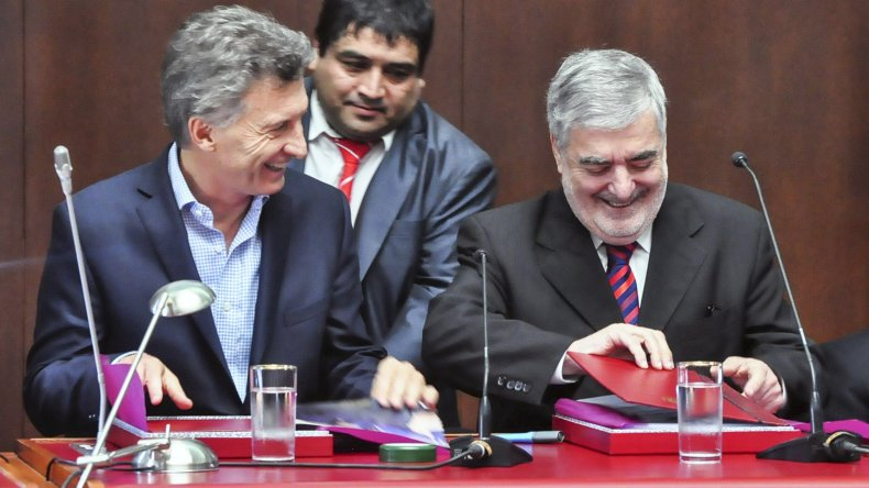 La presencia del presidente Mauricio Macri junto al gobernador Mario Das Neves ayer en la Legislatura de Chubut durante la inauguración de sesiones.