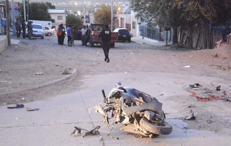 La moto quedó parcialmente destruida en su frente tras impactar contra una camioneta. El conductor del rodado menor sufrió graves lesiones.