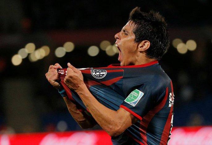 El comodorense Pablo Barrientos festeja un gol de San Lorenzo.