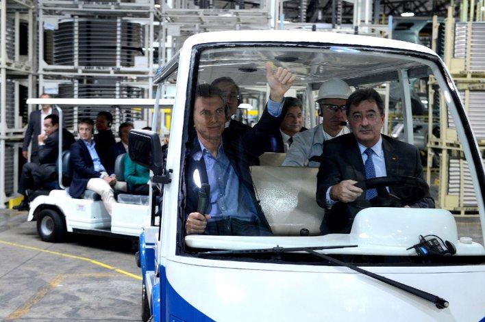 Mauricio Macri y directivos de la firma japonesa en un recorrido por la fábrica automotriz.