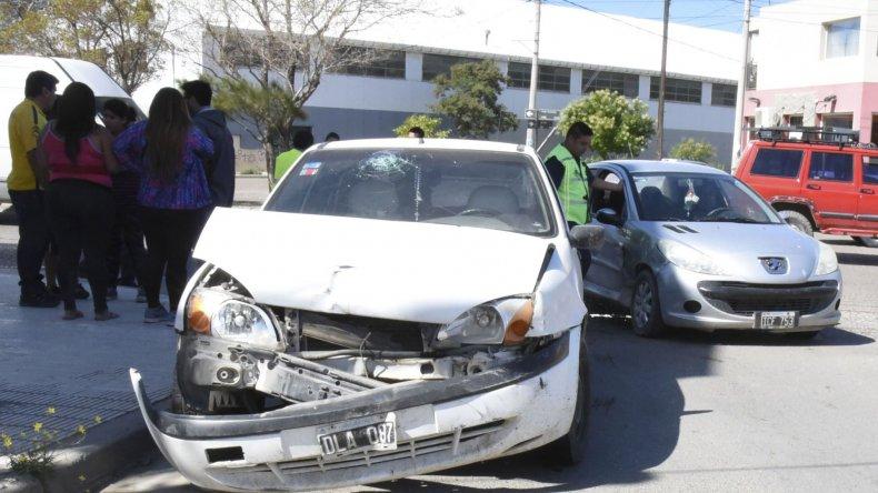 Un mujer sin carnet de conducir protagonizó un choque con heridos en Díaz Vélez y Kennedy