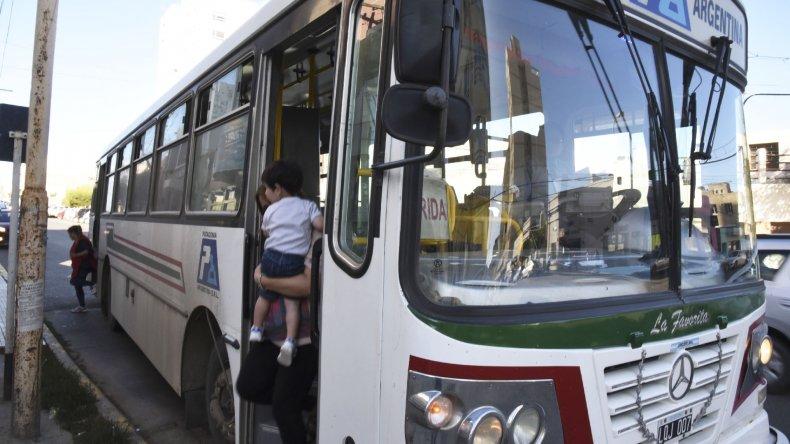 El servicio de transporte público de la empresa Patagonia Argentina está garantizado hasta el lunes cuando los choferes esperan cobrar sus salarios.