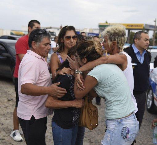 Familiares de Simón Saiegg en la despedida del cuerpo del oficial el pasado 21 de febrero.