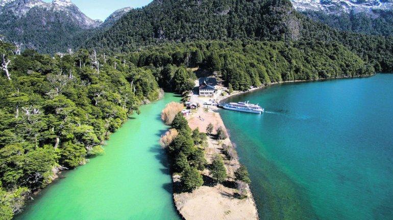 El puerto se encuentra sobre la desembocadura del río Frías y está rodeado de un espectacular entorno natural.