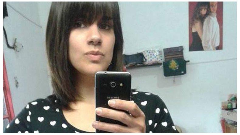 La joven de 25 años fue asesinada de 17 puñaladas delante de sus tres hijos