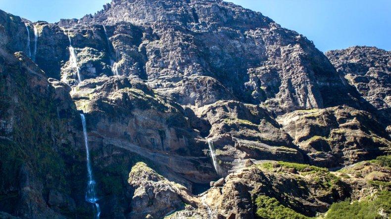 Entre los senderos y las bellezas que rodean a este paradisiaco lugar se encuentra la Cascada de los Cántaros.