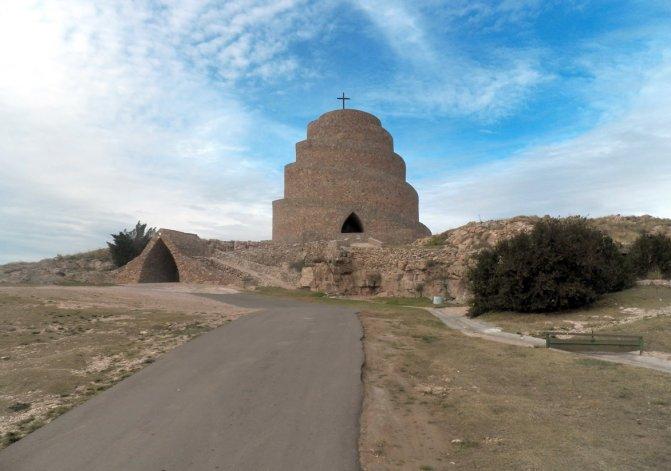 El cerro de la paz y el templo Millenium es único en el mundo: constituye un ícono eclesiástico y turístico de Puan.