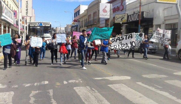 Los becados del municipio se volvieron a manifestar por el centro. Se espera que el viernes 18 tengan una respuesta formal.