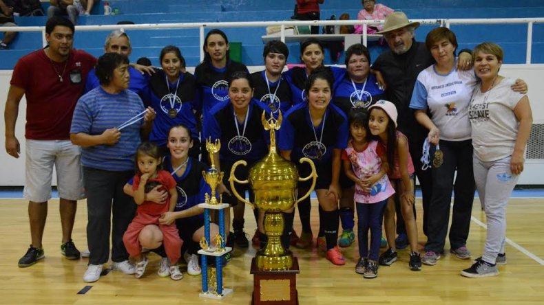 El equipo femenino de JM con la Copa de campeón ganada el último fin de semana en Comodoro Rivadavia.