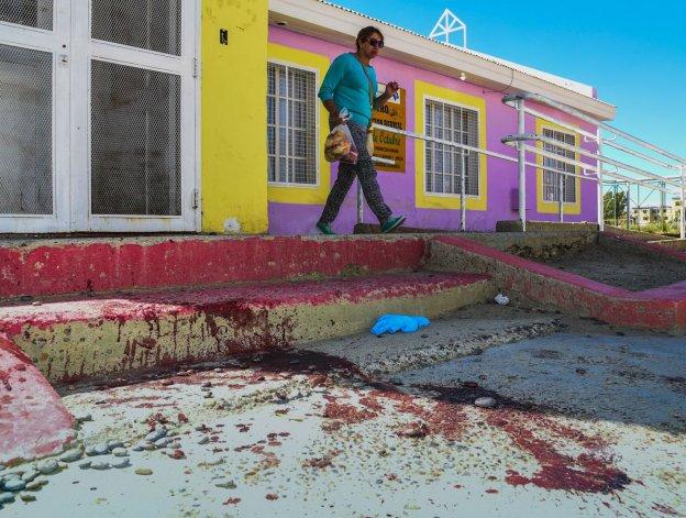 El reguero de sangre en el ingreso al CPB del barrio 30 de Octubre.