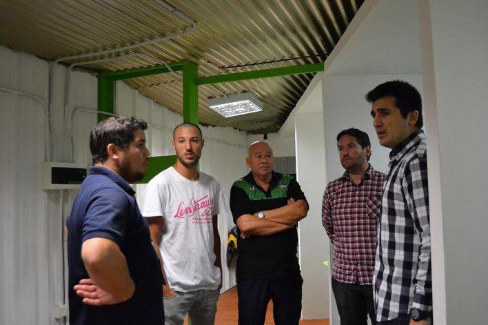 El arquitecto Hugo Cortés -derecha.- junto a los integrantes de comisión de obras de Gimnasia durante la visita que realizó la noche del viernes en el Socios Fundadores.