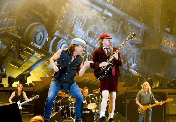 ¿Por qué AC/DC suspendió la gira?