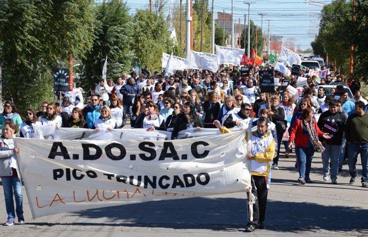 Las calles de Pico Truncado fueron escenario ayer de una multitudinaria movilización de docentes de diferentes localidades de la zona norte.