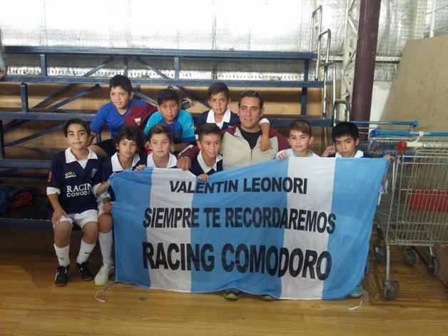 El equipo de Racing Comodoro posando con Miguel Leonori