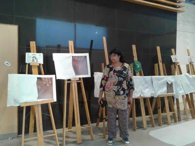 La artista con la obra que le obligaron a levantar del Centro Cultural.