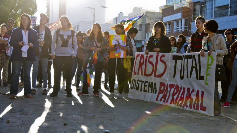 La concentración que se desarrolló ayer por la tarde en la plaza de la Escuela 83.