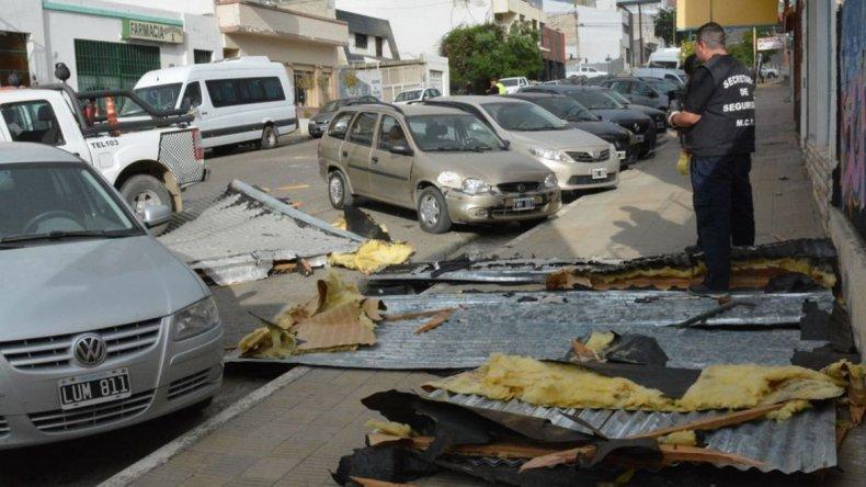 Defensa Civil retira restos del techo que se desprendió de una imprenta en Ameghino casi Belgrano.
