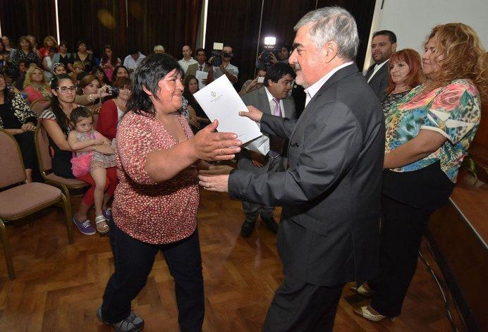 El gobernador al presidir ayer en la Casa de Gobierno un acto relacionado con el Día de la Mujer.
