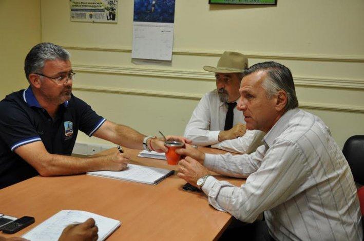 Rubén Brollo -der- del club TyPAC junto a Othar Macharashvili y Hernán Martínez.