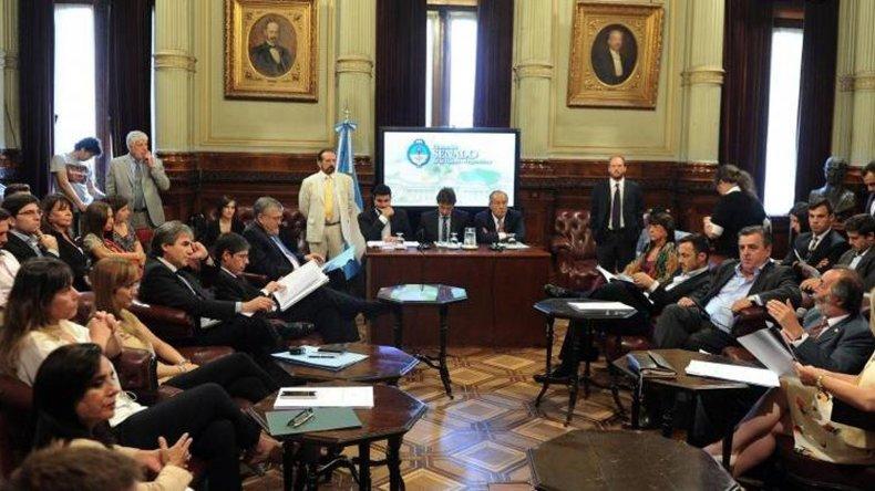 La comisión bicameral intenta derogar uno de los polémicos decretos de Macri.