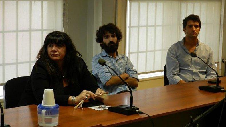 Gabriela Dufour junto a otros dos de los imputados que tuvo el juicio.