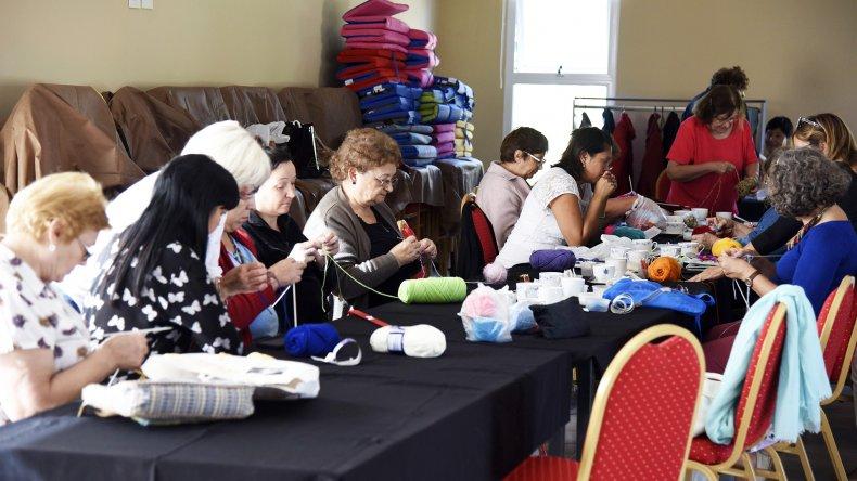 Entretejiendo lazos se encargó de reunir a mujeres de diversas edades para elaborar mantas para los más necesitados.
