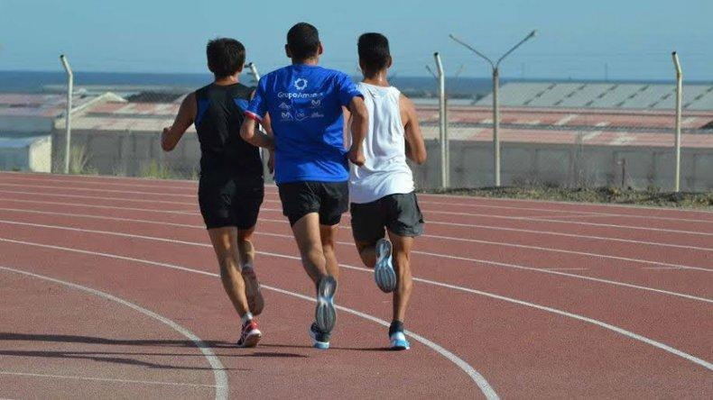 Los atletas disfrutan a pleno la pista de solado sintético de Kilómetro 4.