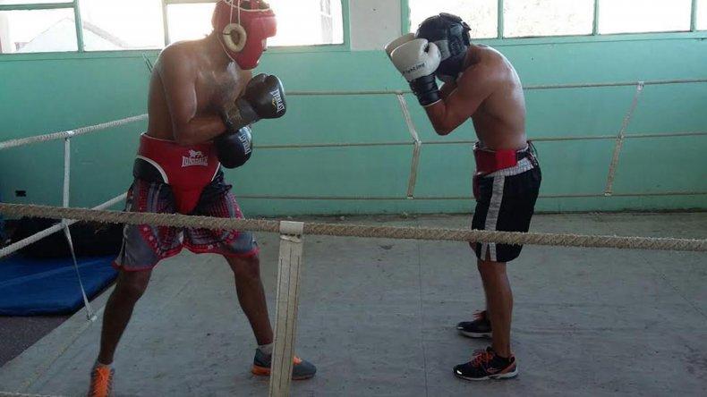 Héctor Saldivia -derecha- continúa en el gimnasio municipal 1 con su preparación.