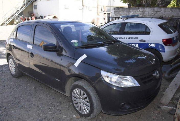 El automóvil en el que se desplazaban los dos inspectores de tránsito detenidos.