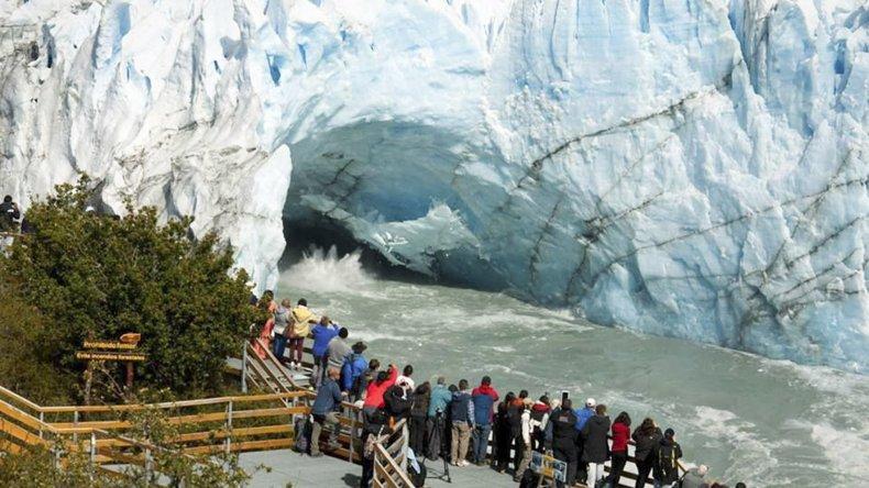 Los turistas quedaron maravillados con la ruptura del puente- témpano que fue acompañada por un fuerte estruendo.