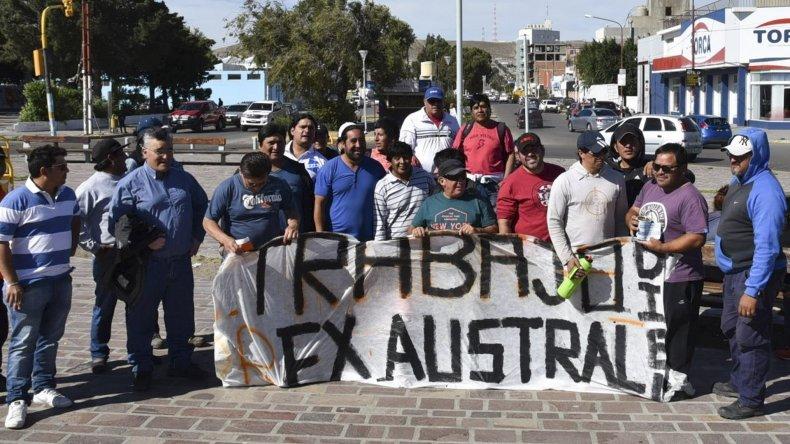 Ex trabajadores de Austral Construcciones volvieron a manifestarse ayer en la plazoleta del Gorosito para reclamar su reincorporación a la empresa que sea designada para darle continuidad a la autovía.