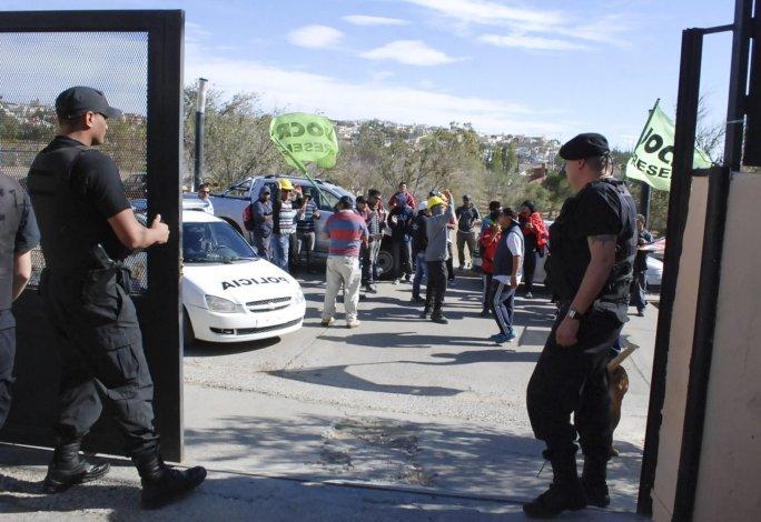 Efectivos policiales montaron una guardia en el portón de acceso a la vecinal en la que se desarrollaba la sesión del Concejo para impedir el ingreso de manifestantes de la UOCRA.