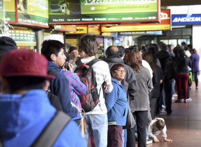Una larga fila de personas esperaba ayer obtener los bonos estudiantiles