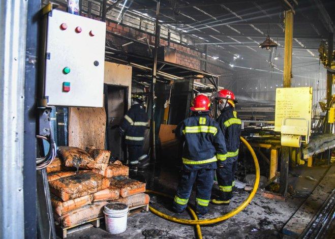 El siniestro en el taller metalúrgico se desató cuando no había personas y acudieron dos autobombas.