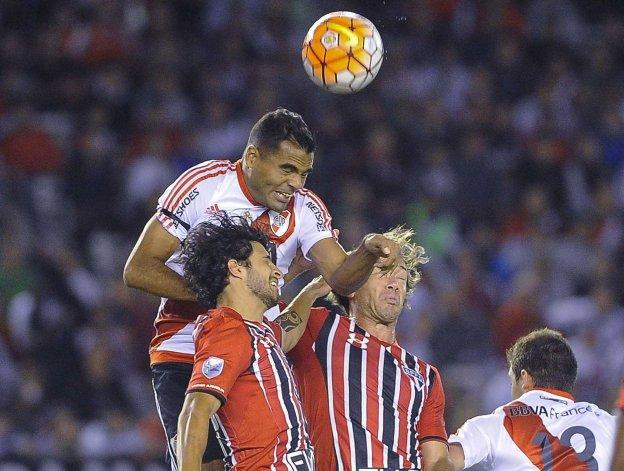 Gabriel Mercado le gana en lo alto a dos hombres del San Pablo