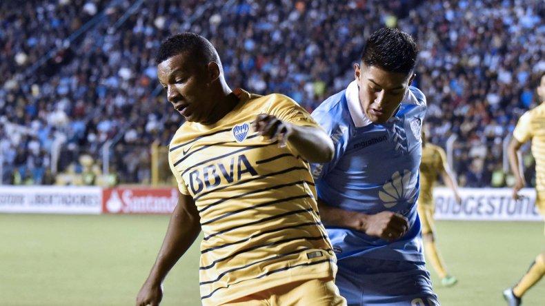 Frank Fabra cubre el balón marcado por Erwin Saavedra en el partido jugado anoche en la altura de La Paz.