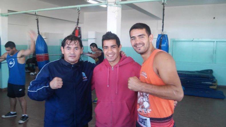 Héctor Saldivia junto a su entrenador Robinson Zamora y el boxeador pampeano Martín Ríos en el gimnasio municipal 1.