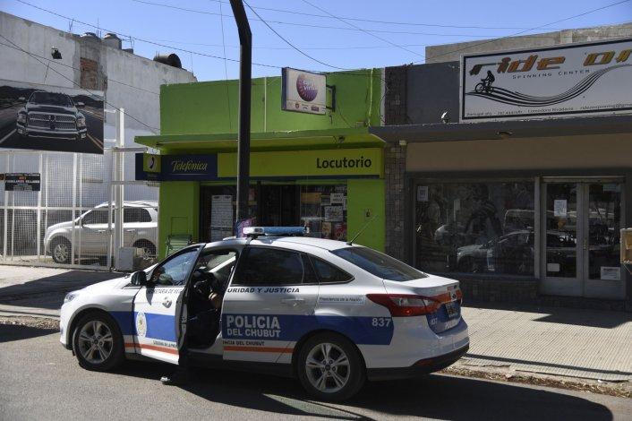 La policía se entrevista con la víctima tras el robo armado ocurrido en plena tarde sobre la avenida Portugal.