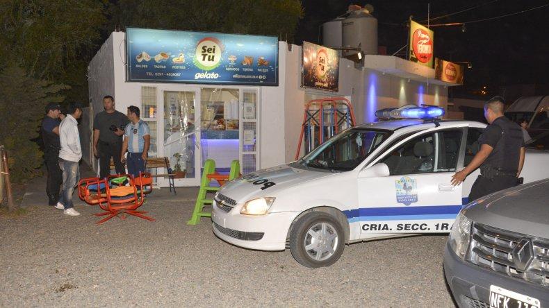 Dos empleadas fueron amenazadas con un arma de fuego en el interior de la Heladería Sei Tu. Tomaron intervención efectivos de la Seccional Primera.