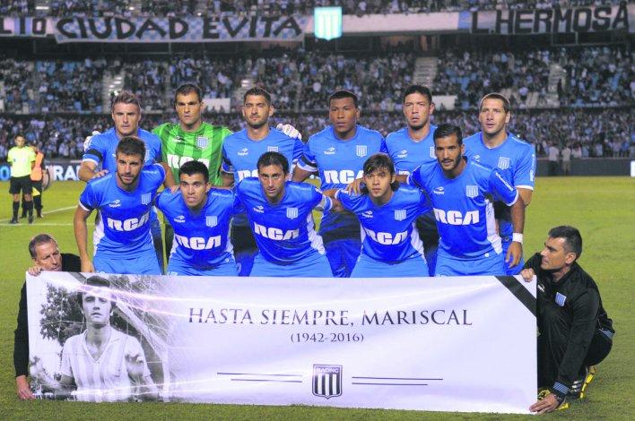 El plantel de Racing recordó antes del inicio del partido frente a Lanús a Roberto Perfumo